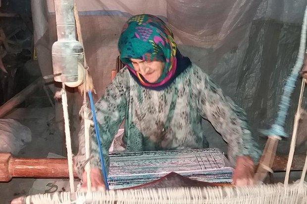 خاله طاهره بانویی که جوانی را در تاروپود جاجیم هایش جا گذاشت