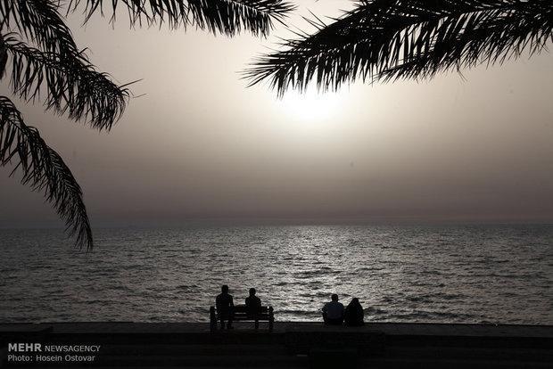 کشتی به گل نشسته گردشگری در سواحل پارسیان